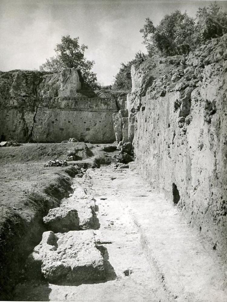 tomb15-min